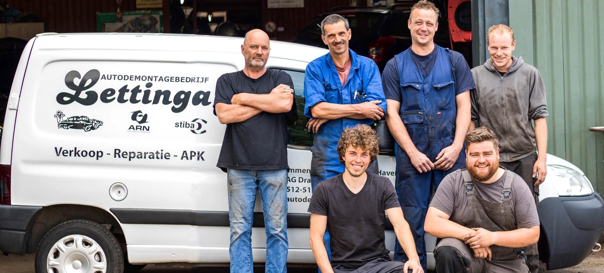 Het team van autosloperij Lettinga in Drachten in Friesland
